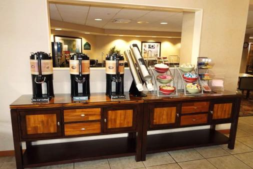 Wingate by Wyndham Greensboro - Greensboro - Buffet