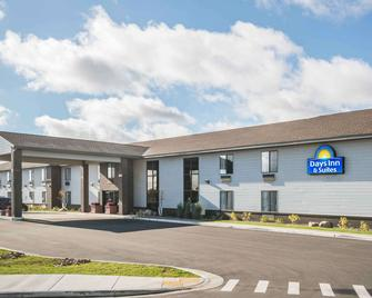 Days Inn & Suites by Wyndham Wausau - Wausau - Building