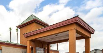 Econo Lodge Inn and Suites Eagle Pass - Eagle Pass