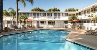 Motel 6 Santa Barbara Goleta - Goleta - Pool