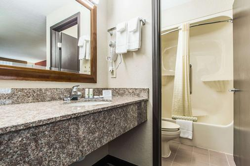 Quality Inn Commerce - Commerce - Bathroom