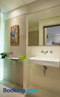 Grandmas Plus Hotel Seminyak - Kuta - Phòng tắm