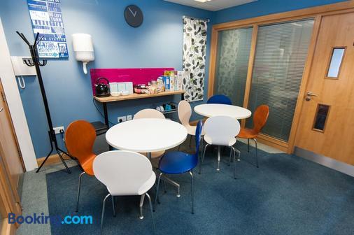 Russell Scott Backpackers Hostel - Leeds - Dining room