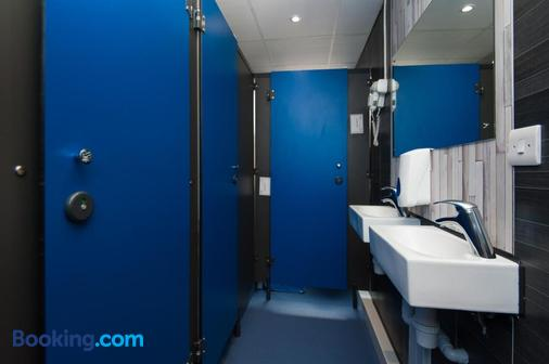Russell Scott Backpackers Hostel - Leeds - Bathroom