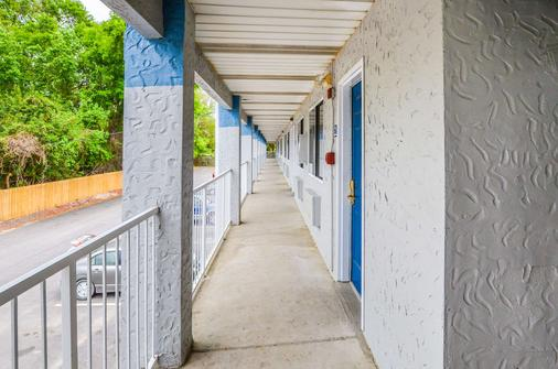Rodeway Inn - North Charleston - Balcony