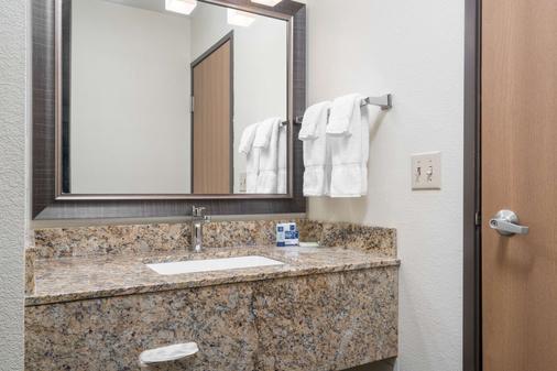 AmericInn by Wyndham Bismarck - Bismarck - Bathroom