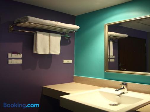 Sawasdee Hotel @ Sukhumvit Soi 8 - Bangkok - Bathroom