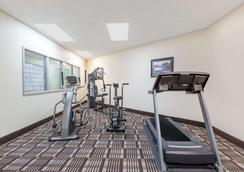 Days Inn & Suites by Wyndham Des Moines Airport - Des Moines - Gym