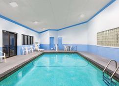 Days Inn & Suites by Wyndham Des Moines Airport - Des Moines - Pool