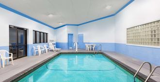 Days Inn & Suites by Wyndham Des Moines Airport - Des Moines - Piscina