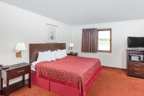 Days Inn & Suites by Wyndham Des Moines Airport - Des Moines - Bedroom