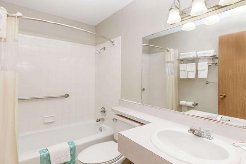 Days Inn & Suites by Wyndham Des Moines Airport - Des Moines - Bathroom
