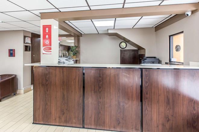 Econo Lodge Midtown - Savannah - Front desk