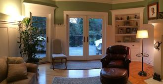 Our Family Friendly Personal Home Is Ready For You! - San Francisco - Wohnzimmer