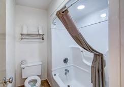 Studio 6 Grand Prairie, TX - Grand Prairie - Bathroom