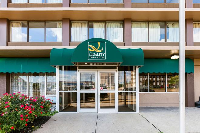 Quality Inn & Suites - Cincinnati - Building