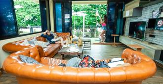 Doolay Beachfront Hostel - Karon - Living room
