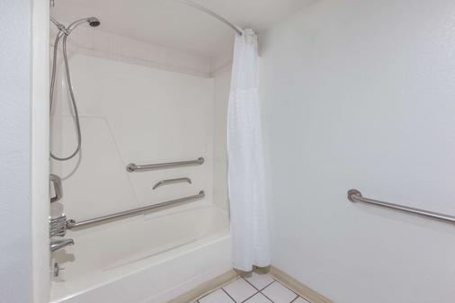 Days Inn by Wyndham Holland - Holland - Bathroom