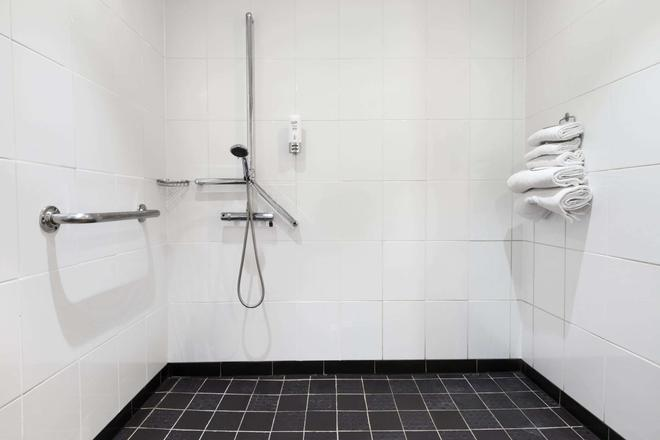 Ramada Hounslow - Heathrow East - Hounslow - Bathroom