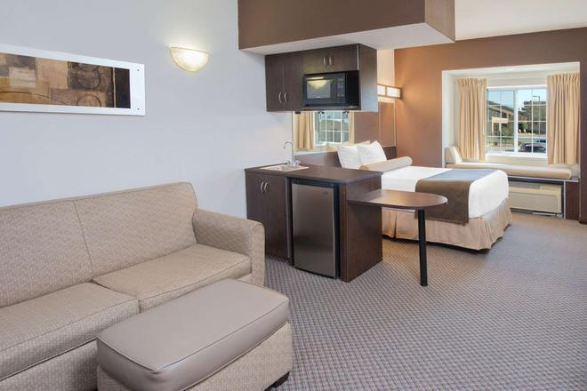 Microtel Inn & Suites by Wyndham Quincy - Quincy - Sala de estar