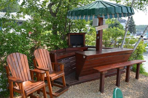 Channel Watefront Cottages - Weirs Beach - Patio