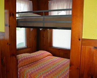 Channel Watefront Cottages - Weirs Beach - Bedroom