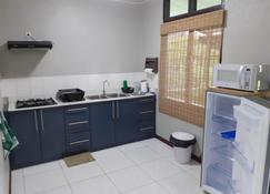 Max Garden and Pool - Paramaribo - Kitchen