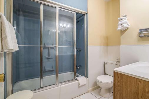 Rodeway Inn - Rutland - Bathroom