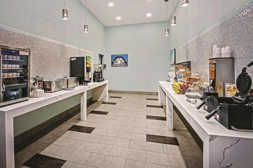 La Quinta Inn & Suites by Wyndham San Antonio The Dominion - San Antonio - Buffet