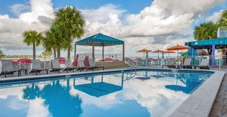 Winter the Dolphins Beach Club Ascend Hotel Collection - Clearwater Beach - בריכה