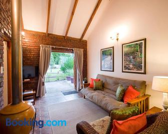Swallows Nest Country Cottages - Stormsrivier - Wohnzimmer