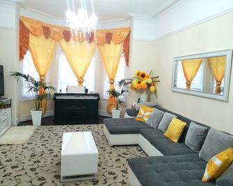 Gabriel Guesthouse Ltd - Rhyl - Living room