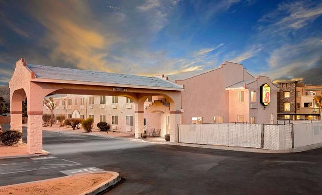 Super 8 by Wyndham Yucca Val/Joshua Tree Nat Pk Area - Yucca Valley - Building