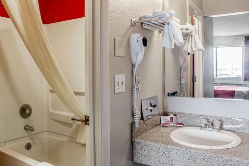 Econo Lodge - Cortez - Bathroom