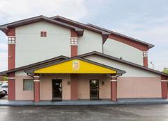 Super 8 by Wyndham Greensboro/Coliseum/Conv. - Greensboro - Building