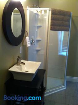 The Duckworth Boutique Hotel - St. John's - Bathroom
