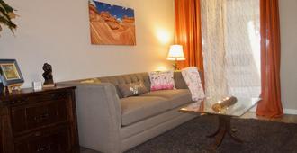 Poolside Palm Springs Getaway - Palm Springs - Wohnzimmer
