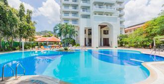 Waterfront Suites Phuket by Centara - Karon - Uima-allas