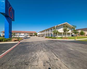 Motel 6 Dallas - Farmers Branch - Farmers Branch - Building