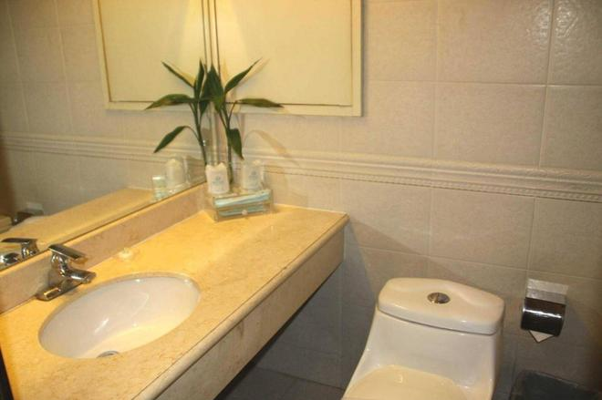 Chaoyang Hotel - Beijing - Bathroom