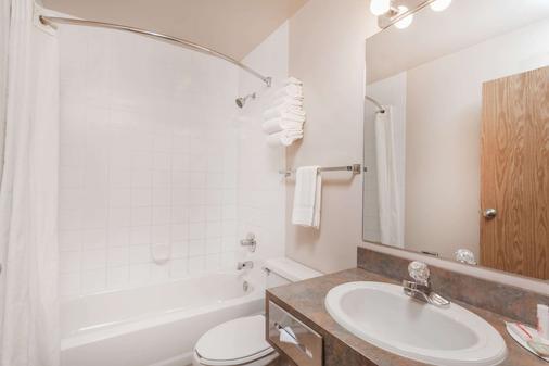 Super 8 by Wyndham Pincher Creek AB - Pincher Creek - Bathroom