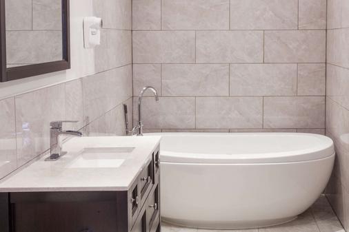 Knights Inn Kingston - Kingston - Bathroom