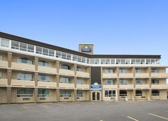 Days Inn & Suites by Wyndham North Bay - North Bay - Building