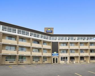 Days Inn & Suites by Wyndham North Bay - North Bay - Building