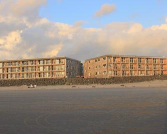Tolovana Inn - Cannon Beach - Building