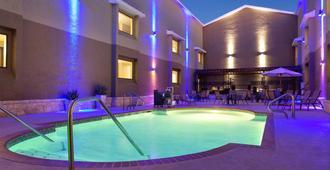 Country Inn & Suites Lackland AFB, San Antonio, TX - סן אנטוניו - בריכה