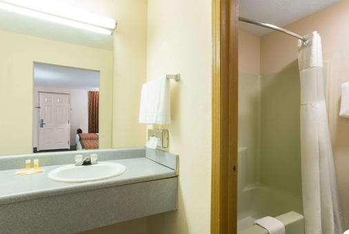 Days Inn by Wyndham Indianapolis East Post Road - Indianapolis - Bathroom