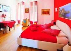Lia Rooms - La Spezia - Camera da letto
