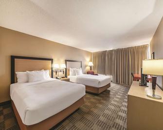 La Quinta Inn & Suites by Wyndham Fairfield NJ - Fairfield - Bedroom