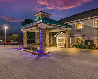 Quality Inn and Suites Hendersonville - Flat Rock - Flat Rock - Gebäude